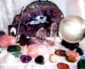 تاریخ استفاده از زیورها و سنگ های قیمتی به اندازه تاریخ پیدایش بشر و قدمتی هفت هزار ساله دارد. سنگ های قیمتی ...