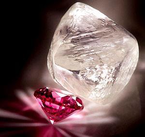 کیفیت سنگهای الماس، به درجه رنگ آنها بستگی دارد. الماسهای صورتی در ردیف نادرترین نمونههای کمنظیر بهشمار میآیند ...