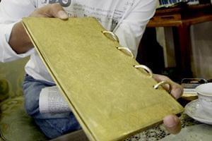 کتاب عتیقه ساخته شده با طلا به ارزش صد هزار دلار
