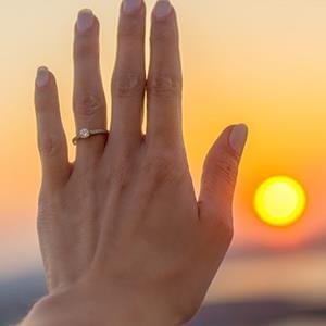 چگونه سایز انگشتر را پیدا کنیم؟ یک حلقه وقتی اندازه است که وجود آن در انگشت احساس نشود. اگر کلفتی انگشت به مرور زمان تغییر کند و یا اگر قرار باشد حلقه به شخص دیگری داده شود، تغییر گشادی حلقه لازم است.